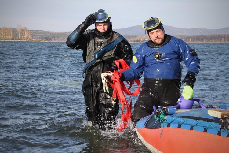 Кульминация операции: водолазы страхуют метеорит, который лебедка тянет на берега.