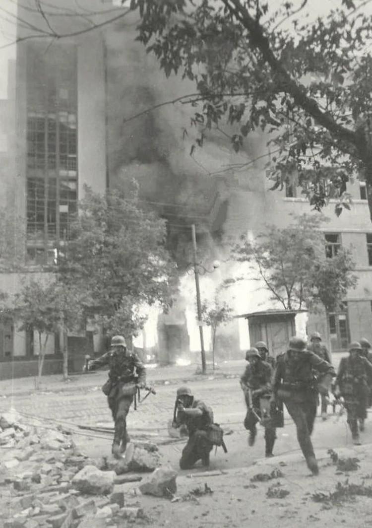 Немецкие солдаты ведут бои на улицах Ростова-на-Дону.