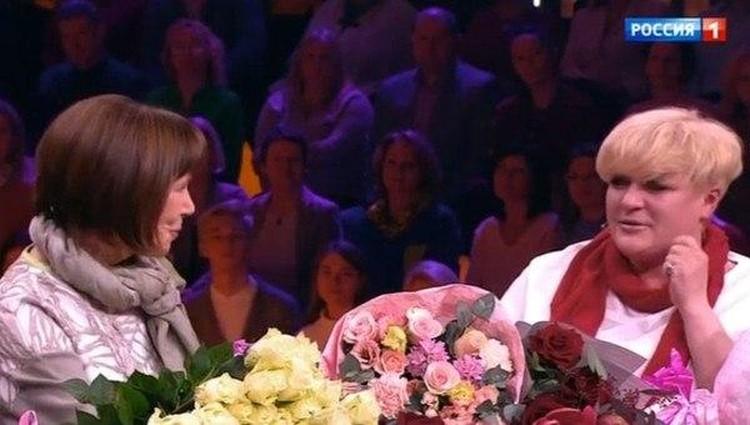 """Евгения Симонова с приемной дочерью Дарьей. Кадр программы """"Привет, Андрей!"""""""