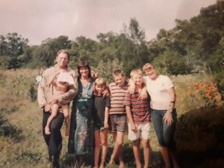 Когда-то Гордеевы гордились своей большой и дружной семье, но счастливая жизнь осталась лишь на фотографии.