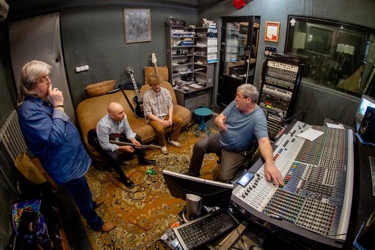Закончить запись и сведение трека нужно в начале марта, чтобы затем приступить к съемкам видеоклипа.