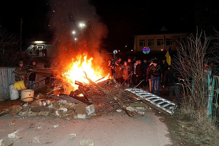 На дороге, у съезда на санаторий разожгли огромный костер