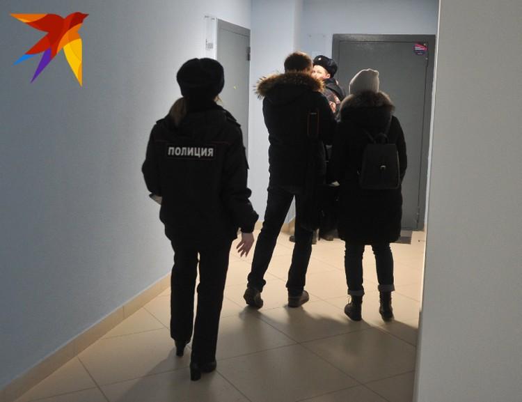 В субботу к Елене домой пришли сотрудники полиции, чтобы отвезти ее детей в больницу в сопровождении медиков.