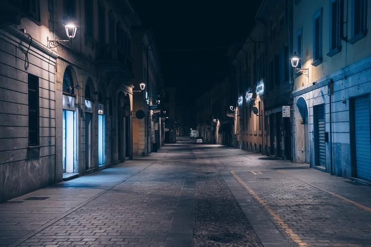 Опустевшие вечерние улицы итальянского города Сан Фиоронао.