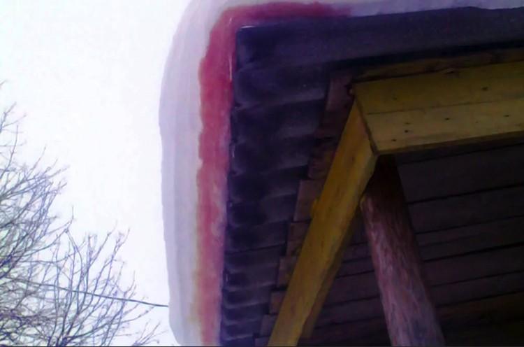 Кровавый снег на крышах домов архангельских деревень.