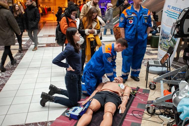 На манекенах спасатели демонстрировали способы реанимации человека.