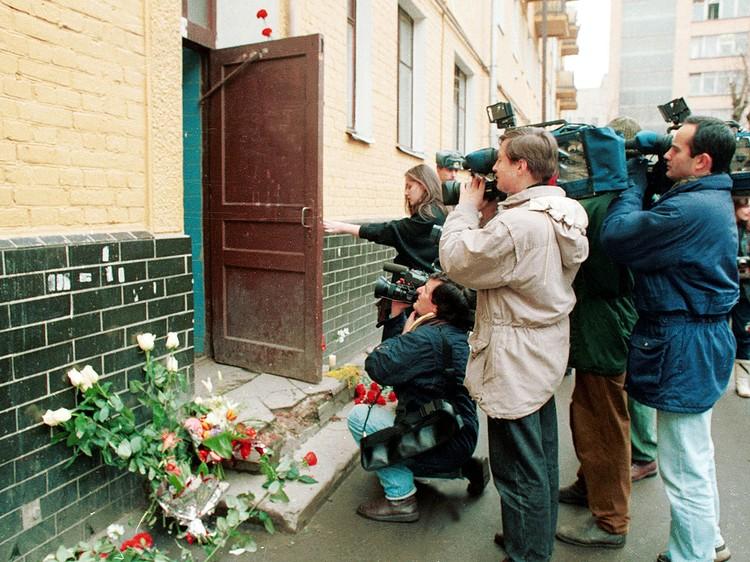 2 марта 1995 года. Журналисты у подъезда дома, в котором был убит Владислав Листьев. Фото Станислава Панова /ИТАР-ТАСС/