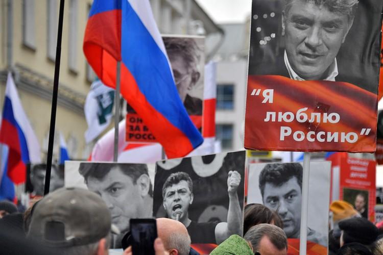 Люди несли в руках портреты погибшего политика.