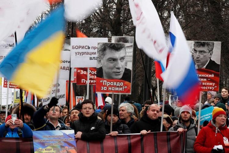 Украинские флаги в руках демонстрантов.