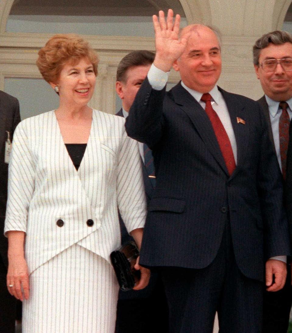 Раиса Горбачева блистала своими элегантными нарядами, часто появляясь рядом с мужем. Чем раздражала непривычный к этому народ. Фото: GLOBAL LOOK PRESS