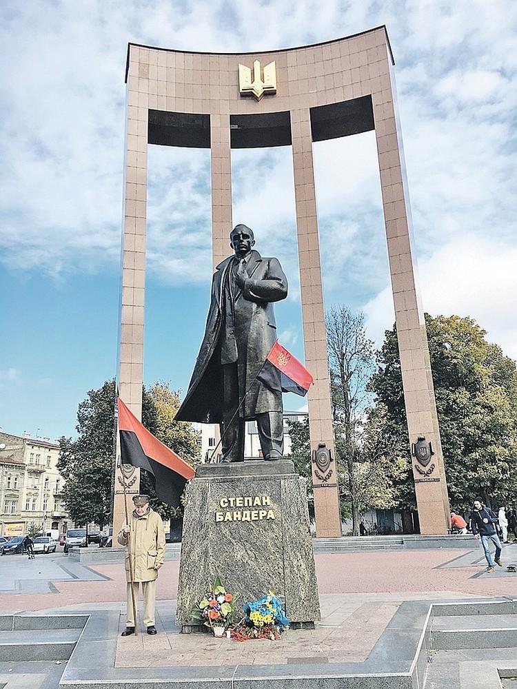 Монумент Бандере открыли во Львове в 2007 году. Фото: Николай и Алиса Голобородько