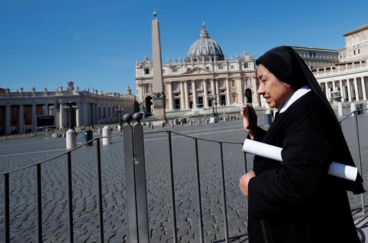 Площадь Святого Петра в Ватикане непривычно пустует.