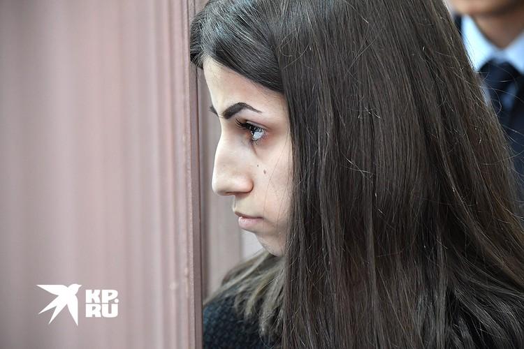 Ангелина Хачатурян в помещении суда.