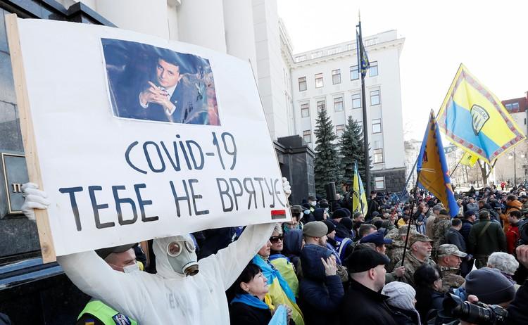Несмотря на объявленные на Украине из-за короновируса меры безопасности, в субботу в Киеве прошел марш националистов