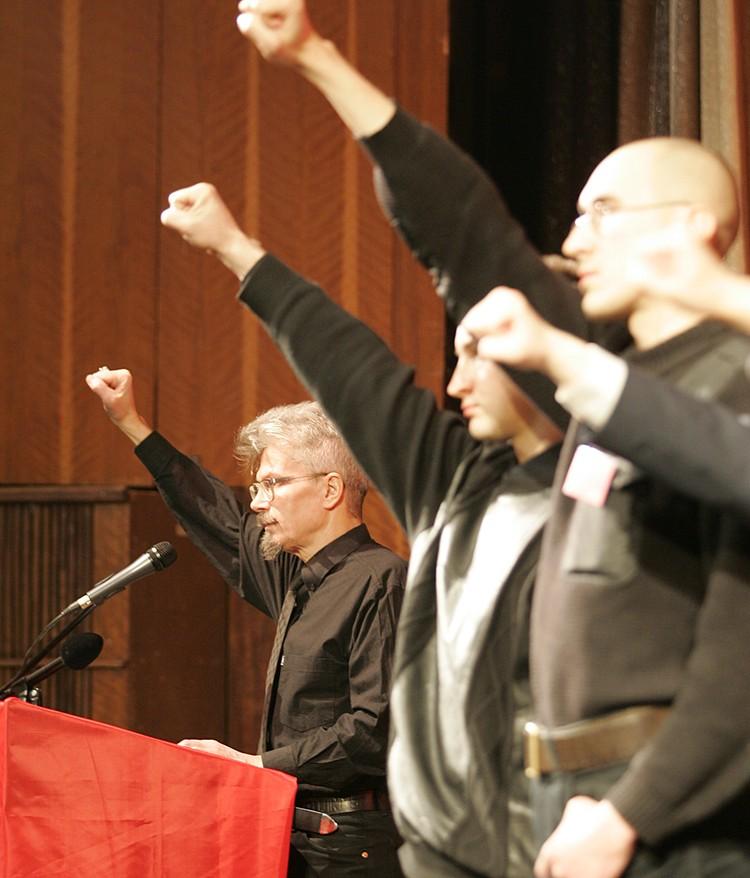 Получив в 1987 гражданство Франции, в 90-х Лимонов вернулся в Россию, жестко включился в политическую борьбу