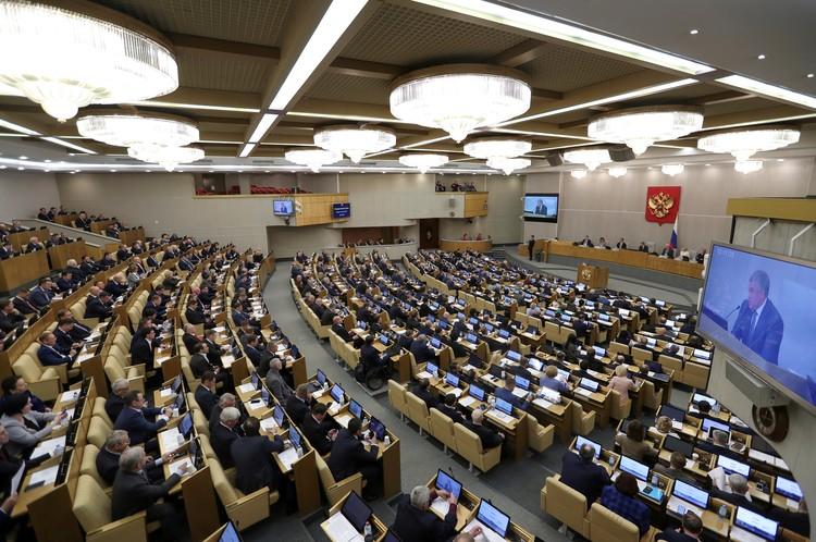 10 депутатов на самоизоляции, в остальном - зал заседаний Госдумы полный