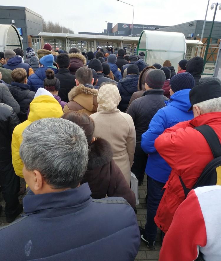 Огромное количество людей без масок чихает и кашляет на всю Ивановскую.