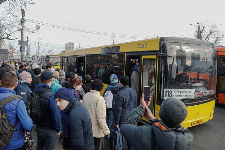 После остановки метро люди штурмом брали маршрутки