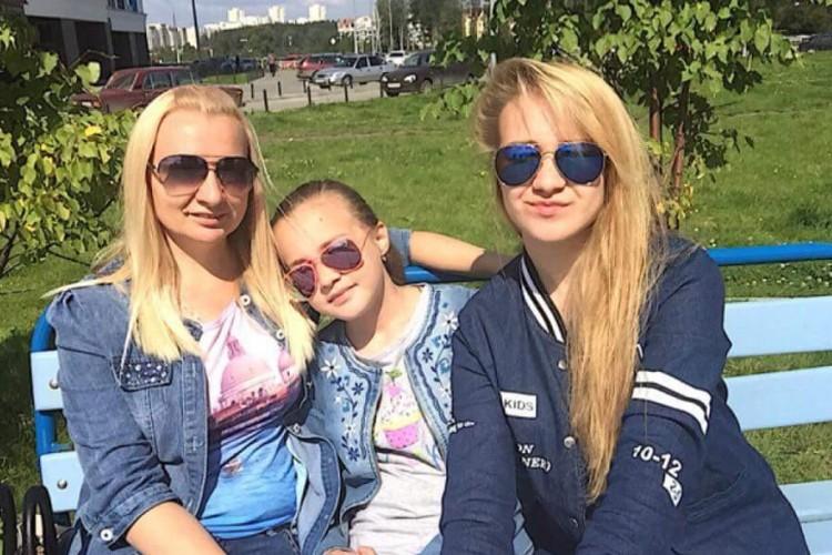 Елена с дочерями. Фото: СОЦСЕТИ