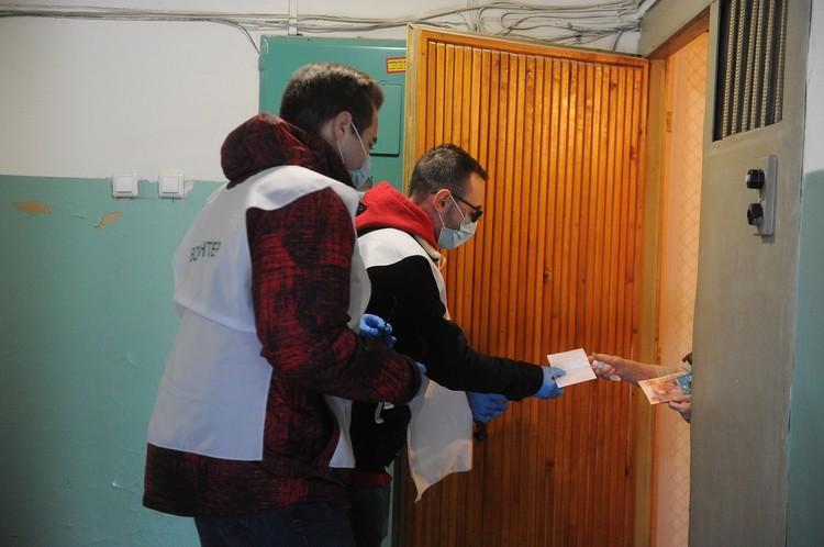 Волонтеры помогают старикам с доставкой продуктов и лекарств.