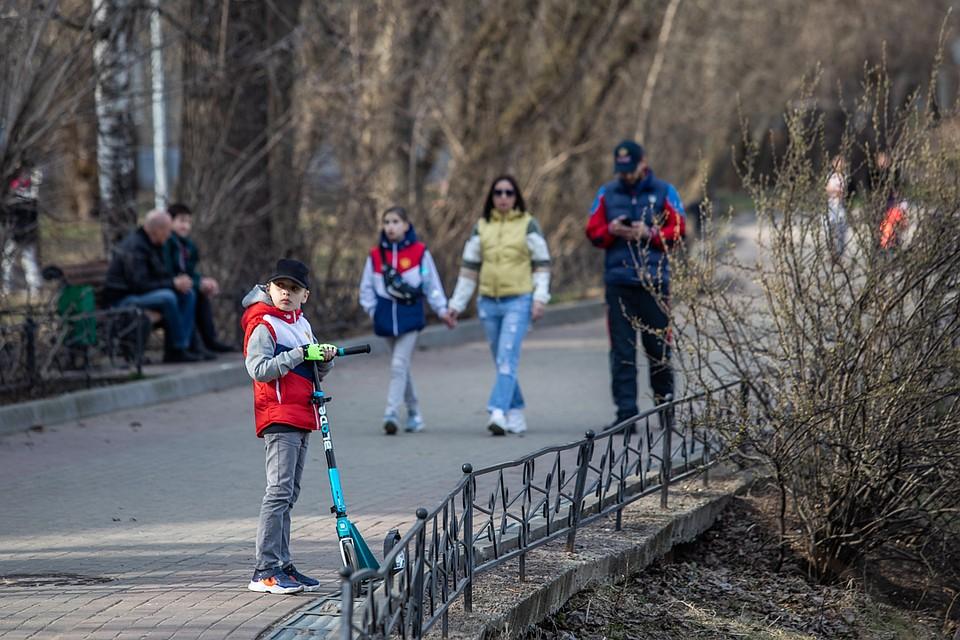 Народу не сидится дома. Фото: Андрей АБРАМОВ
