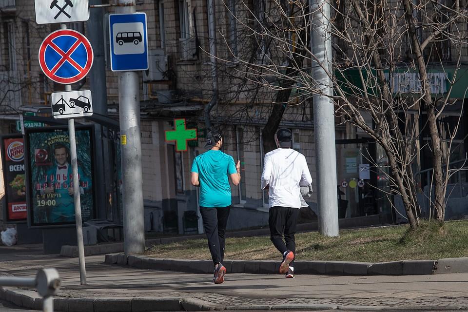 Парни решили устроить пробежку вдоль пыльной улицы. Фото: Андрей АБРАМОВ