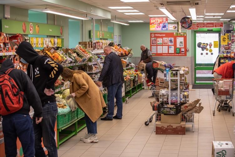 В магазине хватает покупателей.