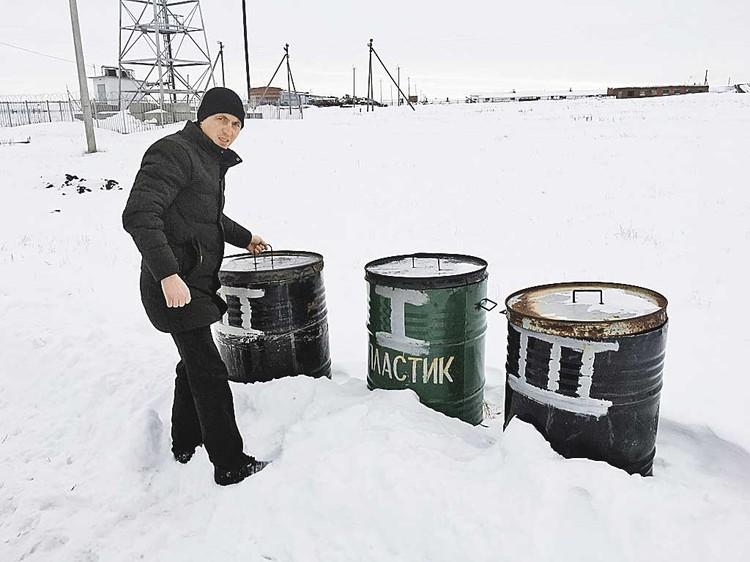 А депутат деревеньки Берлин Руслан Елюбаев показывает нам баки, которые оказались самым дешевым способом сбора мусора на селе.