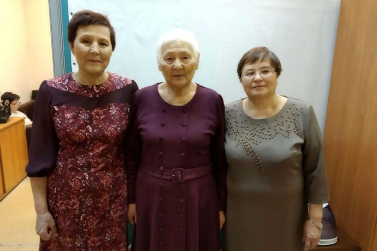 Нина (крайняя справа) и сестры, с которыми она выросла в Бурятии. Фото: личный архив.