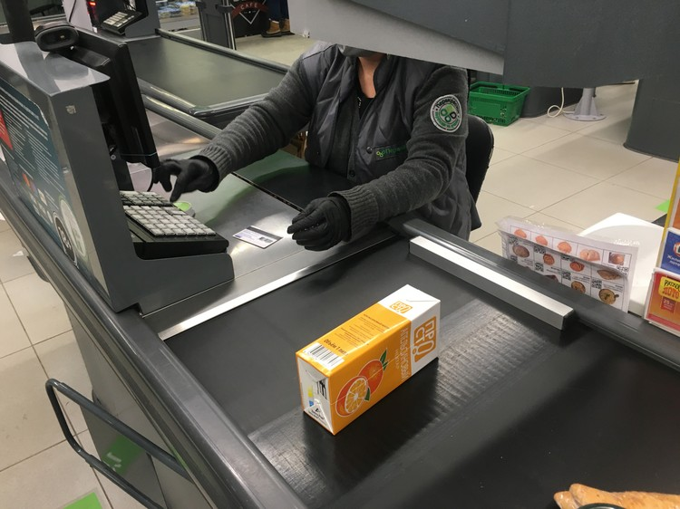 Продавцам торговой сети «Перекресток» каждый день выдают защитные маски, противомикробные средства и перчатки.