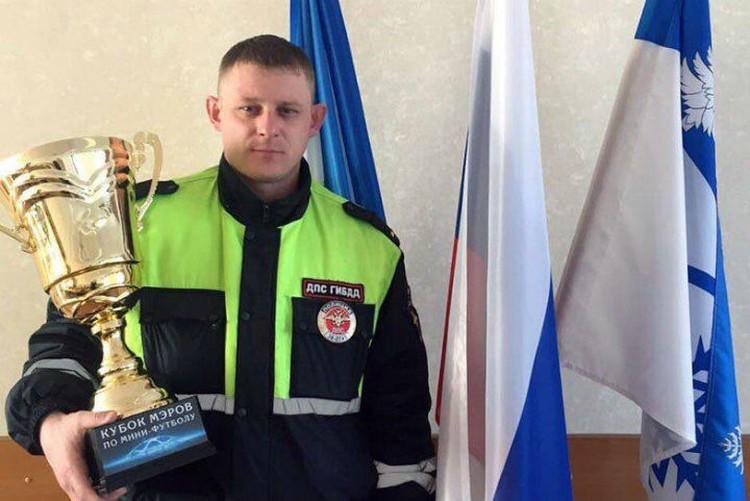 Инспектор любит играть в футбол. У него и награды есть. Фото: ГУ МВД России по Иркутской области