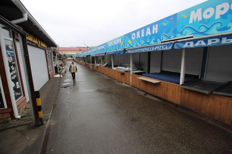 Рыбный отдел на рынке совсем опустел.
