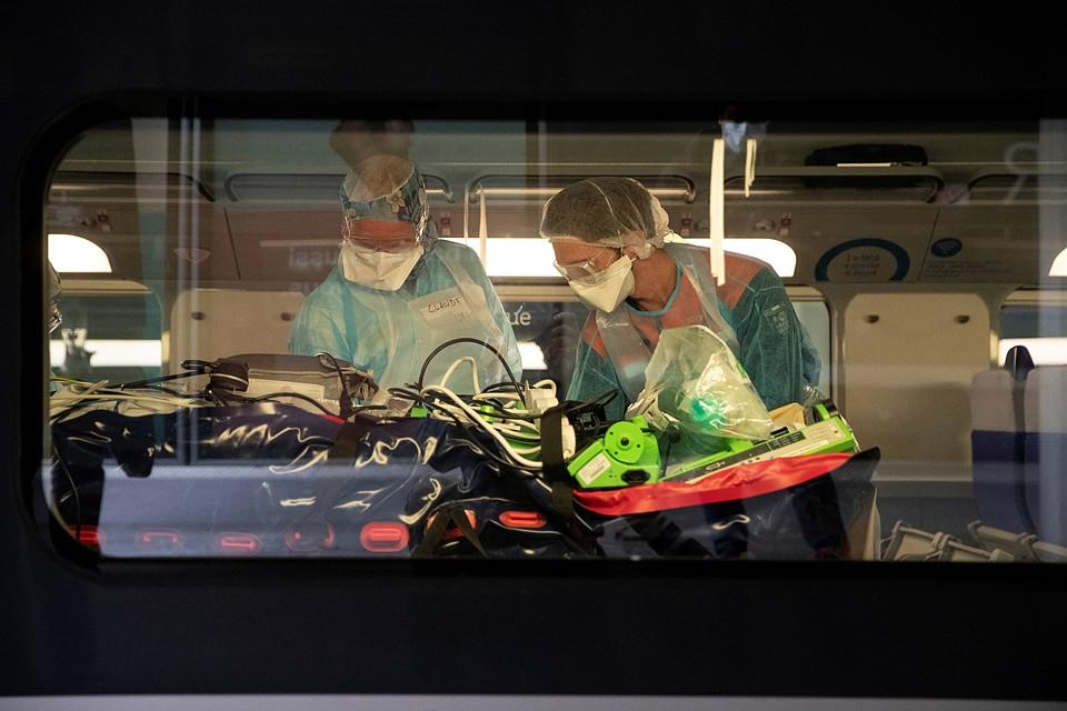 Крайне важно замедлить пандемию, чтобы дать возможность системам здравоохранения успешно справиться с тяжелыми случаями Фото: REUTERS