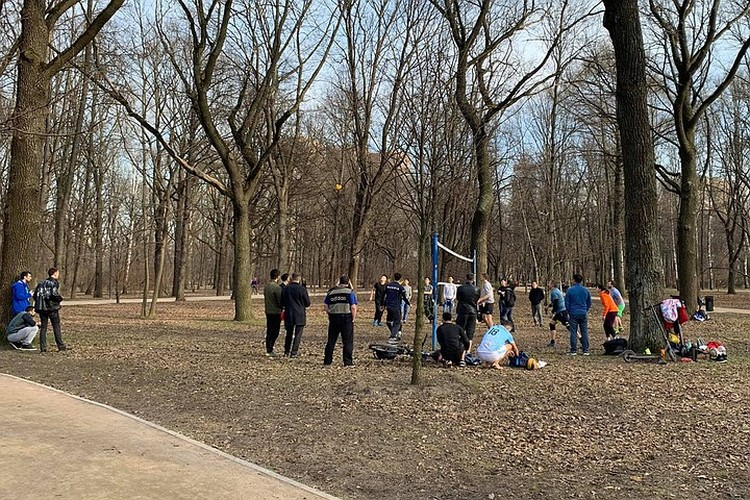 В первый день «длинных выходных», когда горожан попросили перейти на режим самоизоляции, чтобы сдержать распространение вируса, люди радостно отправились в парки