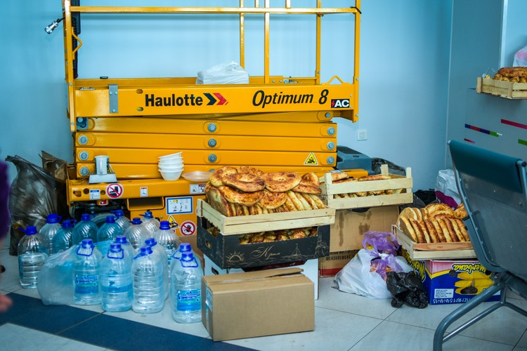 Еду граждане Узбекистана в основном добывают себе сами.