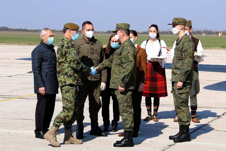 Кто-то приветствовал наших офицеров рукопожатием в перчатках, кто-то без них. Однако, все встречающие были в масках.