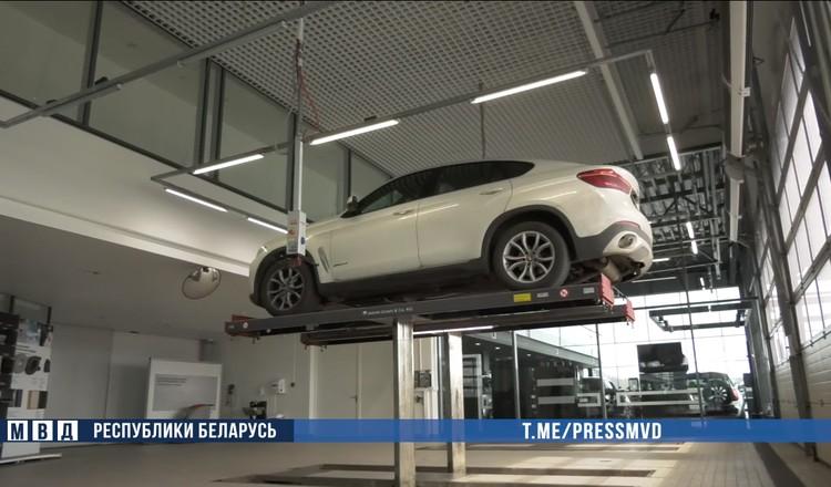Работник сервисного центра под днищем пригнанного на ремонт BMW X6 на российских номерах обнаружил примотанную гранату. Фото: МВД.
