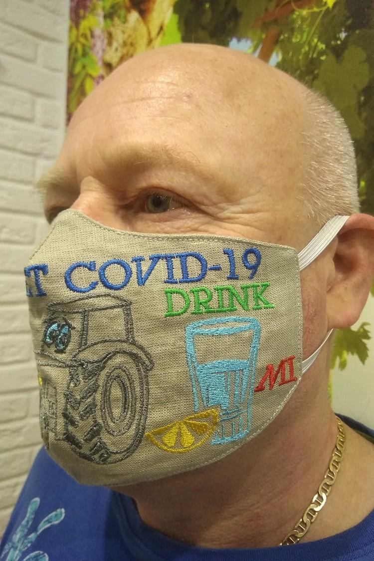 Смех тоже убивает вирусы, считает предприниматель. Фото: Личный архив Владимира Киселева.