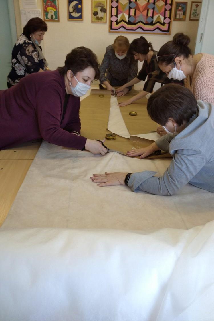 Кто не умел шить, научился в процессе. Фото: предоставлено СШ №1.