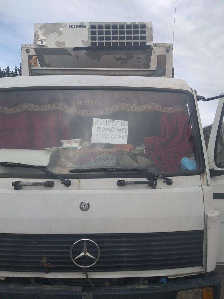 Максату стыдно было подходить к людяи и просить еды. Единственное, что он сделал, - повесил табличку на стекло. Фото: vk.com/anonim__o3