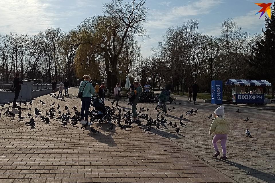 Брестчане отдыхают на набережной. Фото: Оксана БРОВАЧ