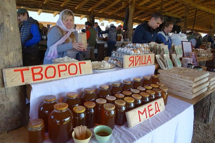 Продавцы и покупатели на крестьянской выставке-ярмарке в Подмосковье.
