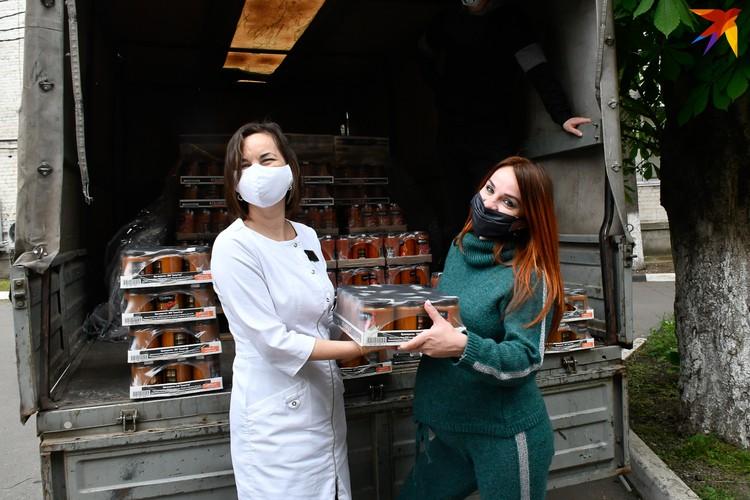 Волонтеры передают медикам закрутки