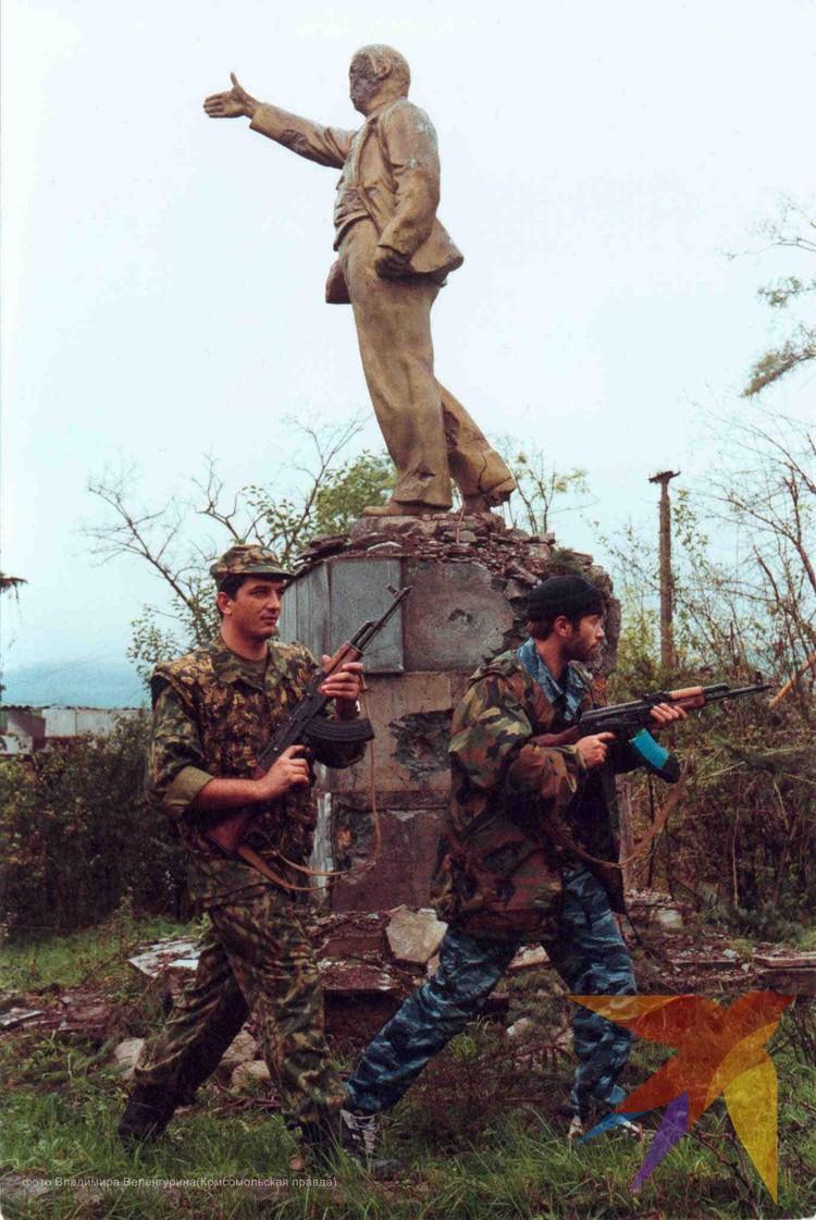 Дагестан. Август 1999 года. Памятник Ленина пострадал во время боев с чеченскими боевиками