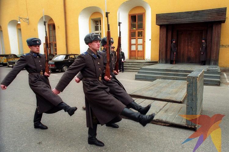 Исторический снимок! Кремлевские курсанты несущие пост №1 у Мавзолея, оттачивали свое мастерство сначала у деревяного макета в Кремле