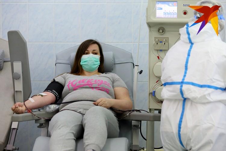 Екатерина пришла сдать свою плазму сама. Она медик, и когда узнала, что человеку. который сейчас находится в тяжелом состоянии, нужна плазма ее группы крови, тут же позвонила в РНПЦ