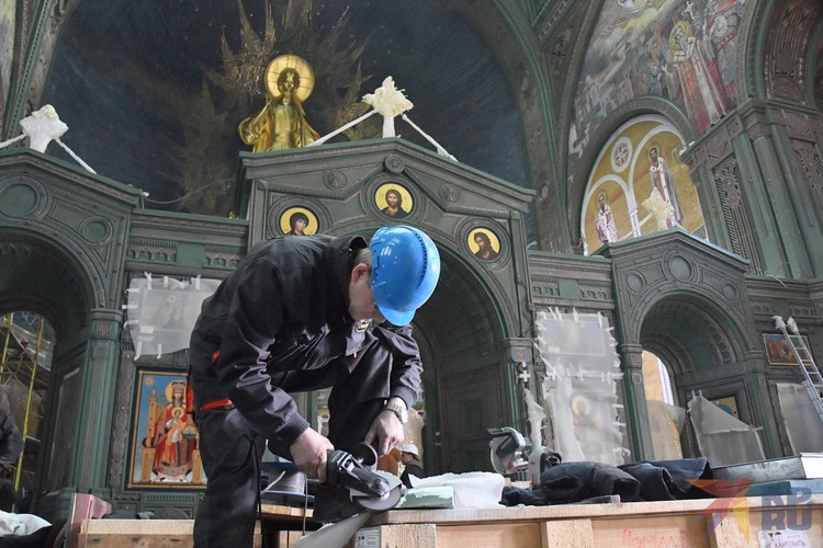 В иконостасе храма 48 икон, по числу месяцев боевых действий в Великой Отечественной и советско-японской войн.
