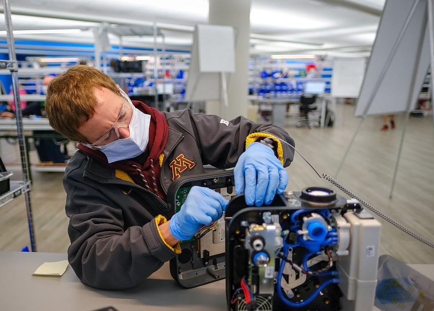 Во всем мире предприятия по производству аппаратов ИВЛ работают в три смены, спрос на эту технику высок как никогда. Фото: REUTERS