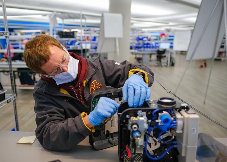Во всем мире предприятия по производству аппаратов ИВЛ работают в три смены, спрос на эту технику высок как никогда.