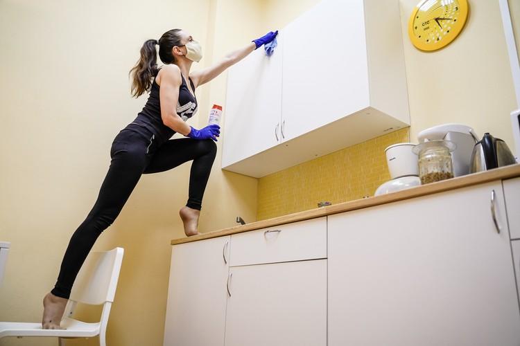 Перед тем, как выйти на видеосвязь с кавалером, пришлось провести генеральную уборку по всей квартире